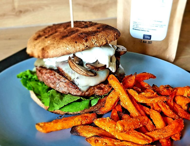 Burger mit Aioli, Bacon-Zwiebel Ringen und Pilzen