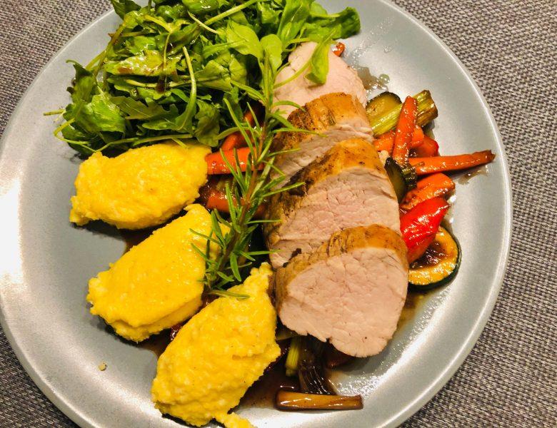 Schweinefilet gegart in Portwein auf karamellisierten Gemüse mit Polenta-Nockerl und einem Rucolasalat